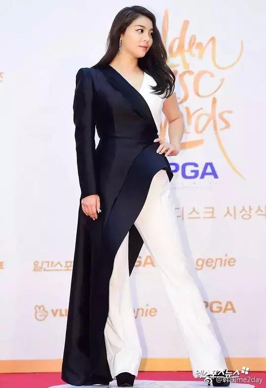 韩国最有趣的还是红毯造型,允儿腿型瞩目,秀智和ab撞衫简直灾难