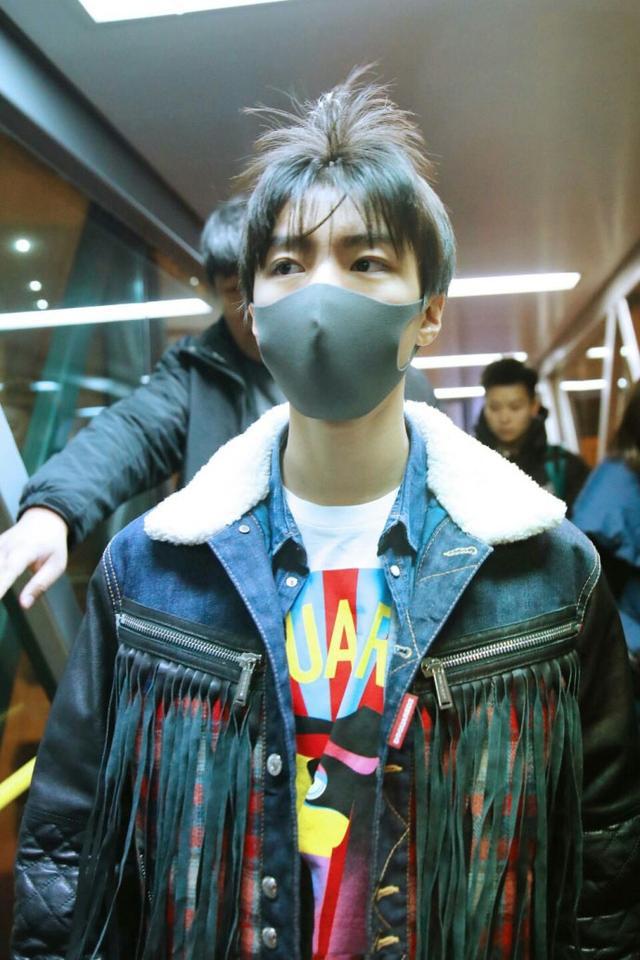 机场偶遇王俊凯晒近照,18岁的他被风吹起的头发还挺帅