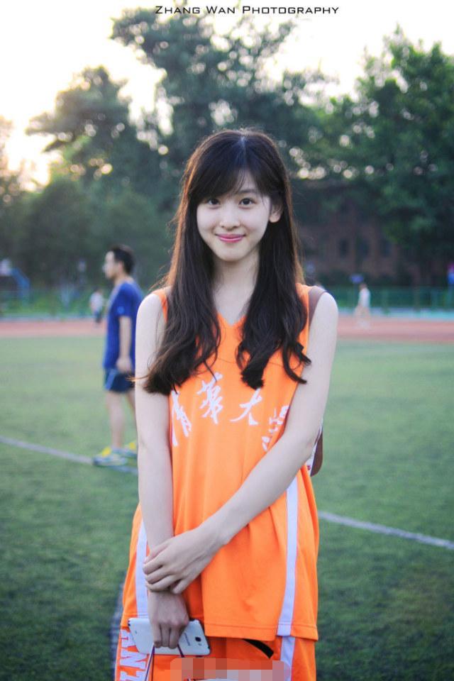 原来章泽天客串演出了《无问西东》,当时19岁的她显得青涩朴素
