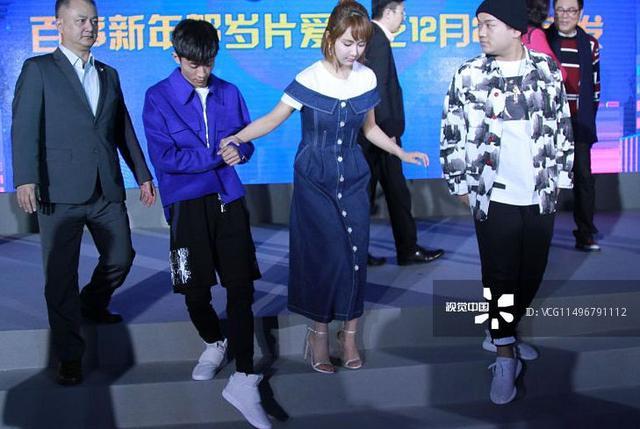 杨紫怕是娱乐圈里最不会穿高跟鞋的女明星吧……