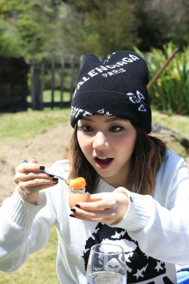 """谢霆锋和邓紫棋到新西兰享受美食,邓紫棋手捧""""海胆""""要吃吗?"""