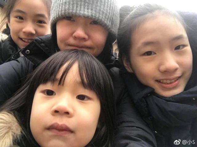 小S不甘示弱模仿姐姐秀恩爱,素颜和老公贴面,三个女儿有特色?