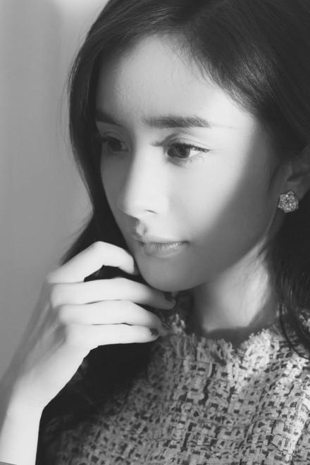 杨幂最新代言穿古装笑容甜美,像不像年轻时候的王祖贤?