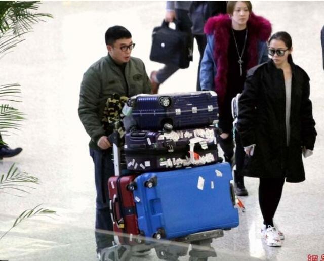 张靓颖一个人推大堆行李回家过年,笑对镜头挺开心!