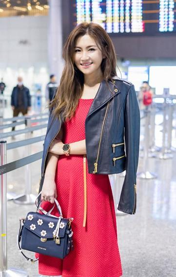 selina机场被拍,网友:美回颜值巅峰!