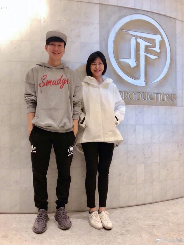 孙燕姿探班林俊杰,JJ一脸惊喜变身小助理,期待两人合作她说2.0