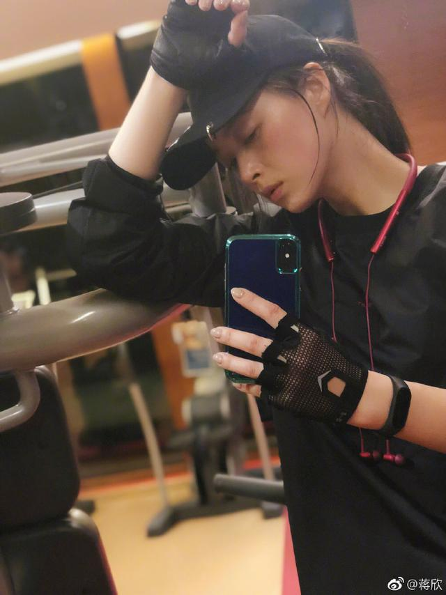 蒋欣终于开始健身了,但她穿的衣服有点特别哦