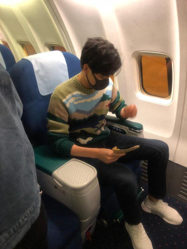暖心偶像!胡一天在飞机上还一直拿着粉丝送的信