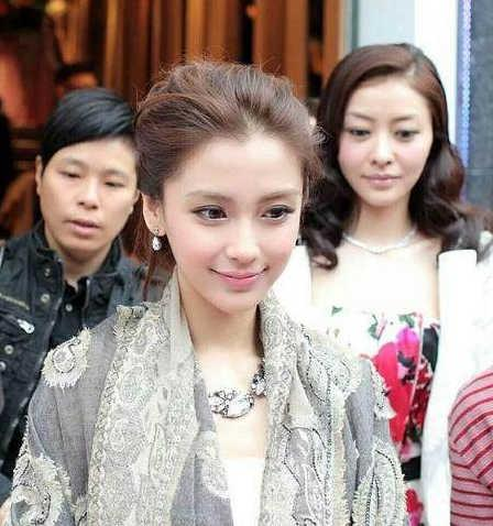 Angelababy剪了齐刘海,回到了十年前颜值巅峰!