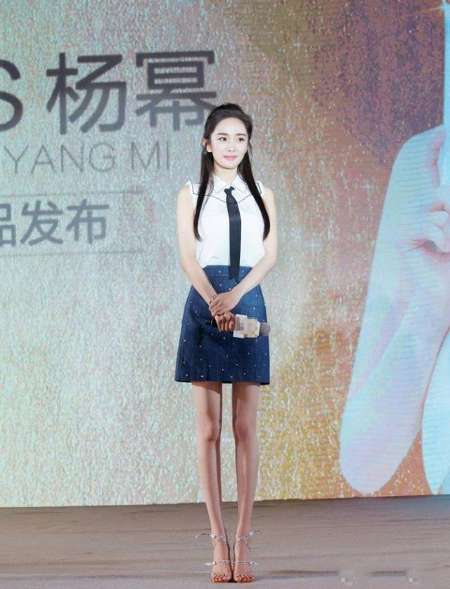 杨幂身穿无袖衬衫配短裙大秀筷子腿,露出额头这脸是长回去了么?