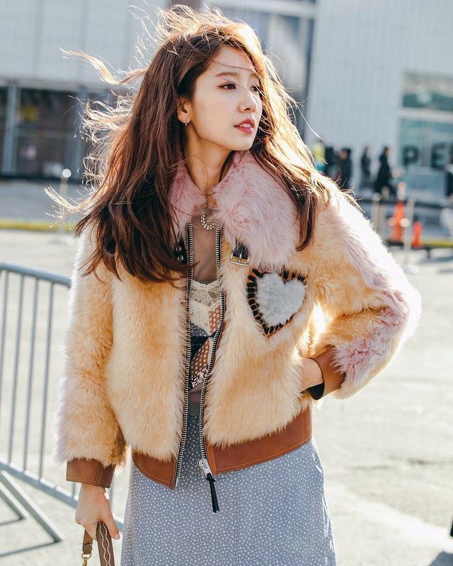 韩国初恋女神朴信惠,大方坐周董衣服,回应:因为怕冷!