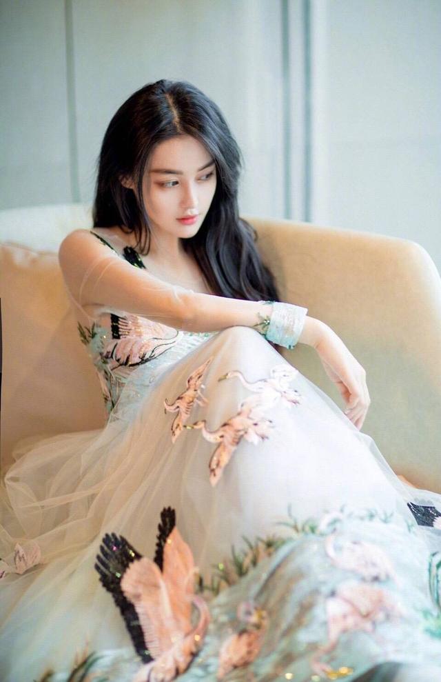 张馨予深夜庆生疑似公布恋情,网友:素颜的你美翻了