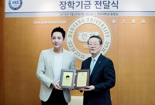 韩国艺人 张根硕向母校捐献1亿韩元