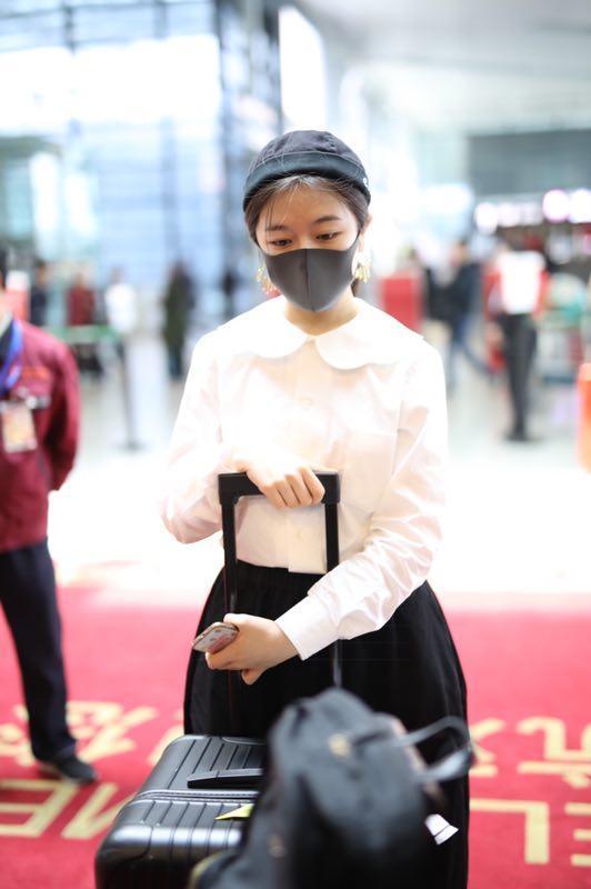 艺考成绩出炉之后,排名全国第二的李兰迪也学会了戴口罩避镜头