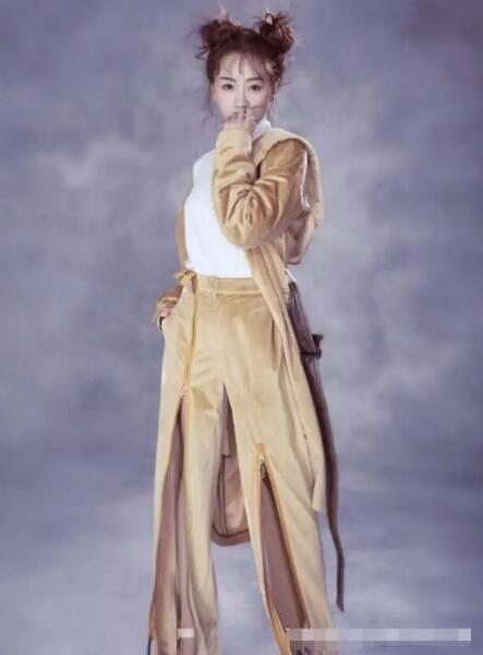 杨蓉被裤子上的拉链抢镜了,冉莹颖没穿滑板鞋但步伐也是够自信