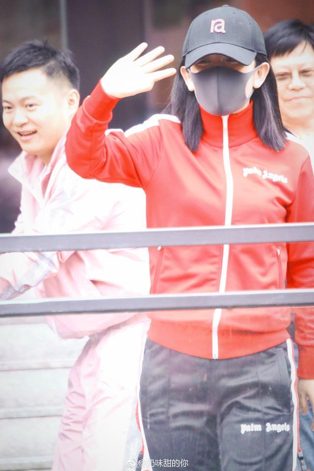 谢娜产后复出录节目,电视台领导亲自迎接,何炅欢呼