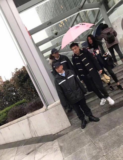 王思聪澳门搂妹子雨中漫步,打伞只顾着遮自己