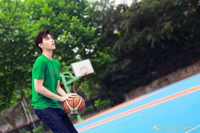 蔡徐坤打篮球萌,吴亦凡打篮球酷!最后一位才是真的帅