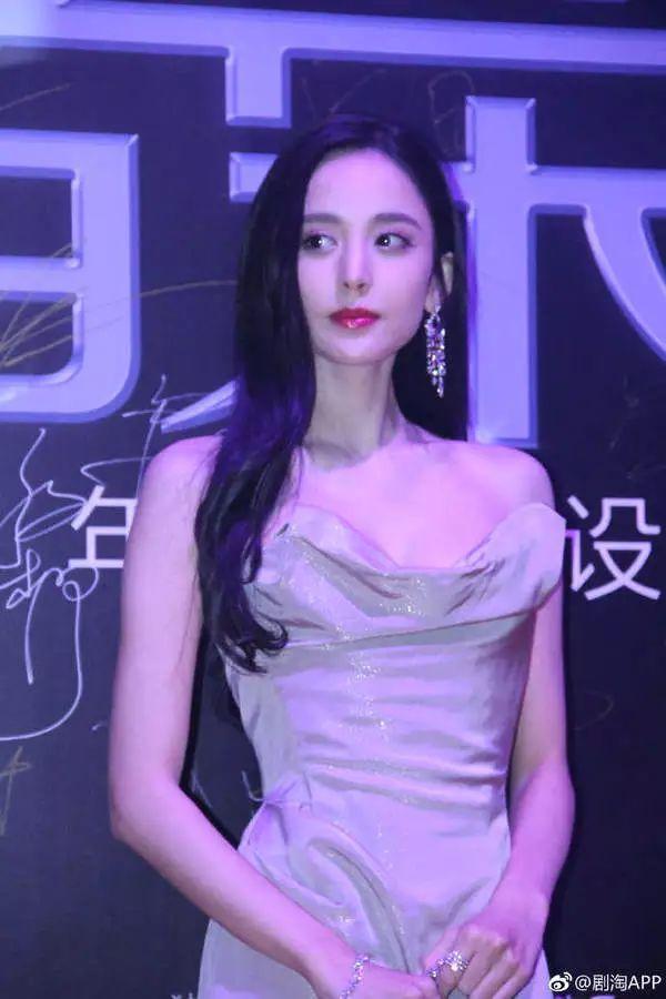 古力娜扎戛纳仙女裙惊艳众人,网友却都在议论她的鼻子