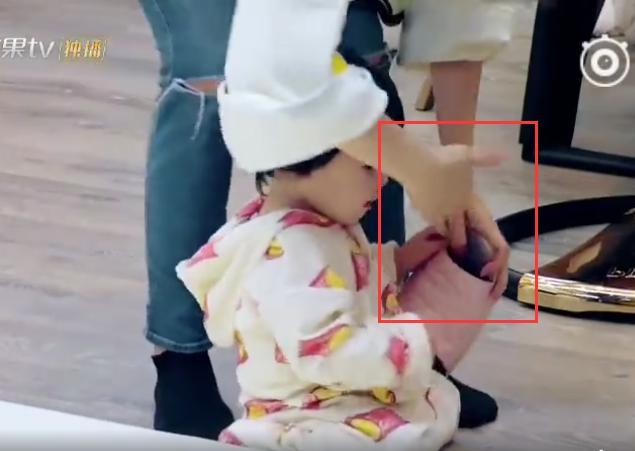 Bo妞啃拖鞋惹贾静雯发飙,网友都说她的教育方式太棒了