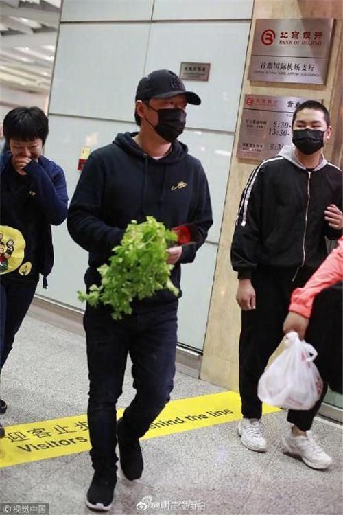 笑晕!粉丝在机场送了黄渤一把芹菜