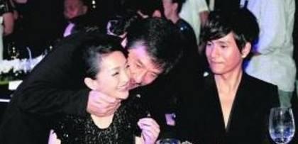 又亲上了?成龙现身王力宏上海演唱会,两人亲密接吻,这次不一般