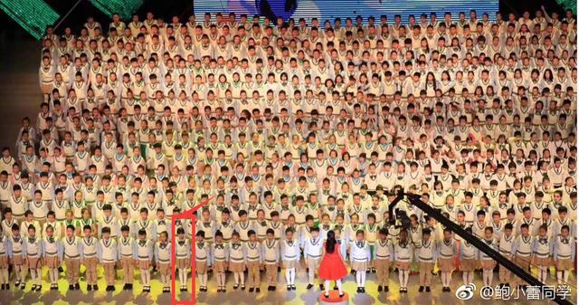 陆毅女儿的长腿太惊人,竟然能在上百人中一眼就认出来!