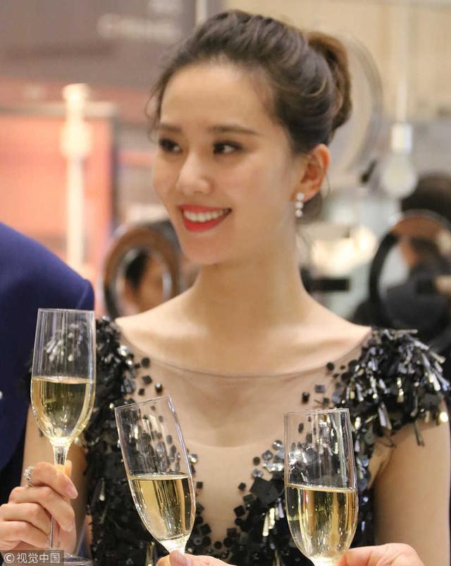 刘诗诗出席品牌活动,未p照的眼袋简直尴尬得不敢看!