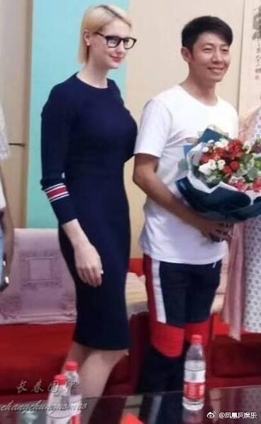 撒贝宁带外国老婆回母校,大家都被她的身材惊艳到了!