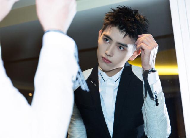 10岁就出道的陈飞宇今日晒摆拍照,年仅18岁的他被网友夸魅力挺强