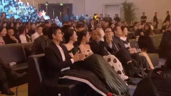 他真的抢了她的座位?还没有十分实锤但已掀起了血雨腥风……
