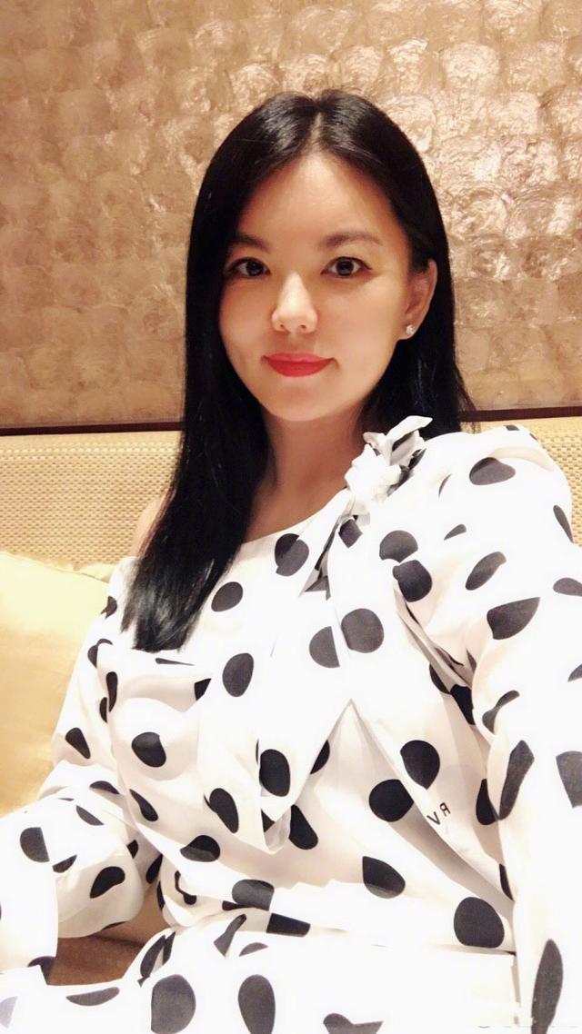 李湘半夜冒泡晒自拍照,和妈妈对比,王诗龄越来越像妈妈李湘了