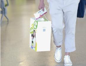 吴京机场被拍,给儿子带的礼物竟然这么接地气啊!