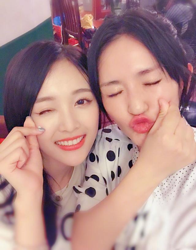 谢娜晒自拍与吴宣仪合照,年龄相差14岁却更像年龄相差无几的姐妹