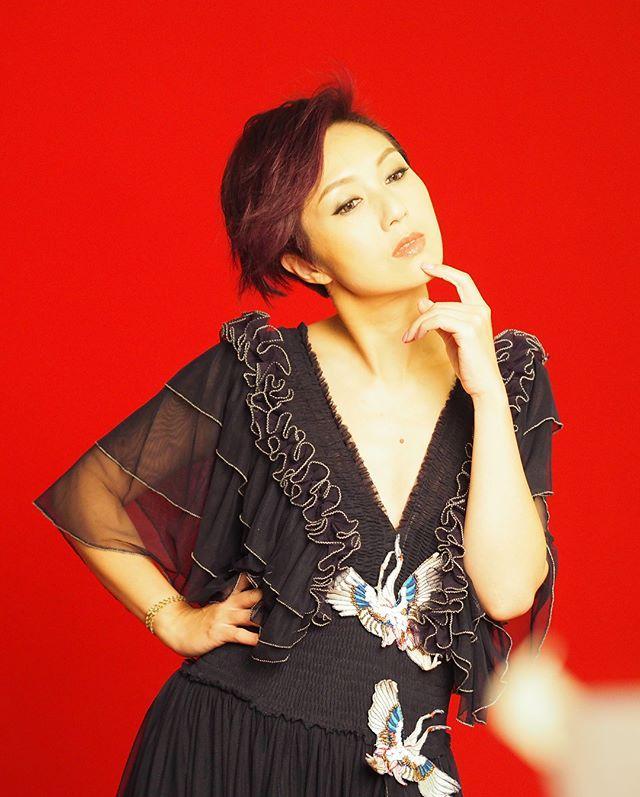 杨千嬅化身「摇滚之母」与容祖儿谢安琪上演天后大战