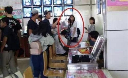 为什么关晓彤总是出现在学校食堂