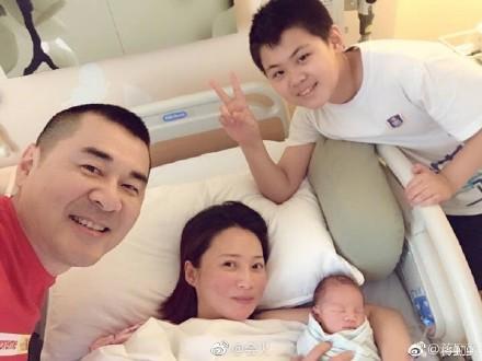 蒋勤勤生完二胎出院,网友:恭喜陈建斌喜提儿子!