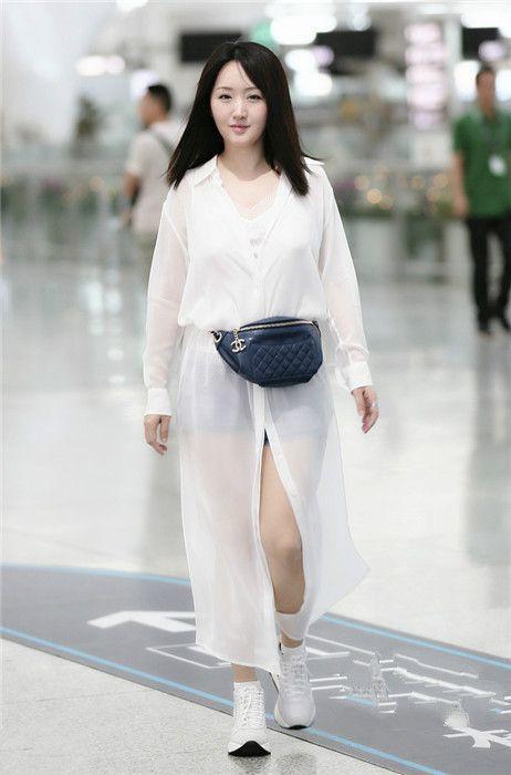 当杨钰莹和戚薇背同款腰包时,才见识到戚哥的时尚经有多高深