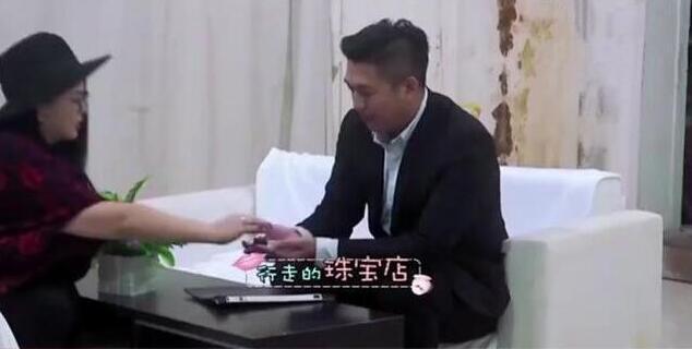 李湘瘦成小V脸,但钻戒才是亮点,网友:隔五米被晃瞎眼