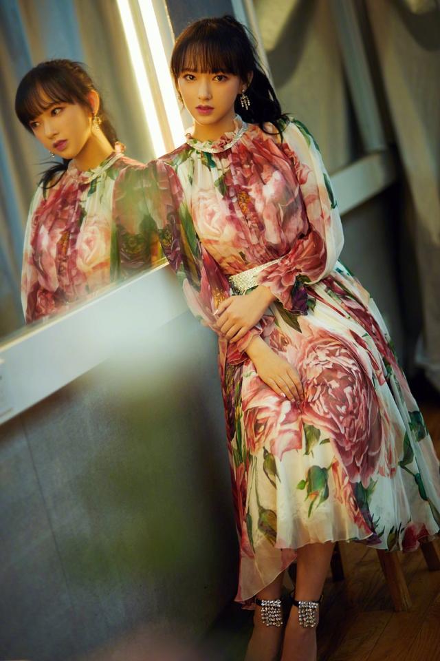 20岁程潇穿印花裙能跟迪丽热巴媲美,明明是撞衫却撞出不同的韵味
