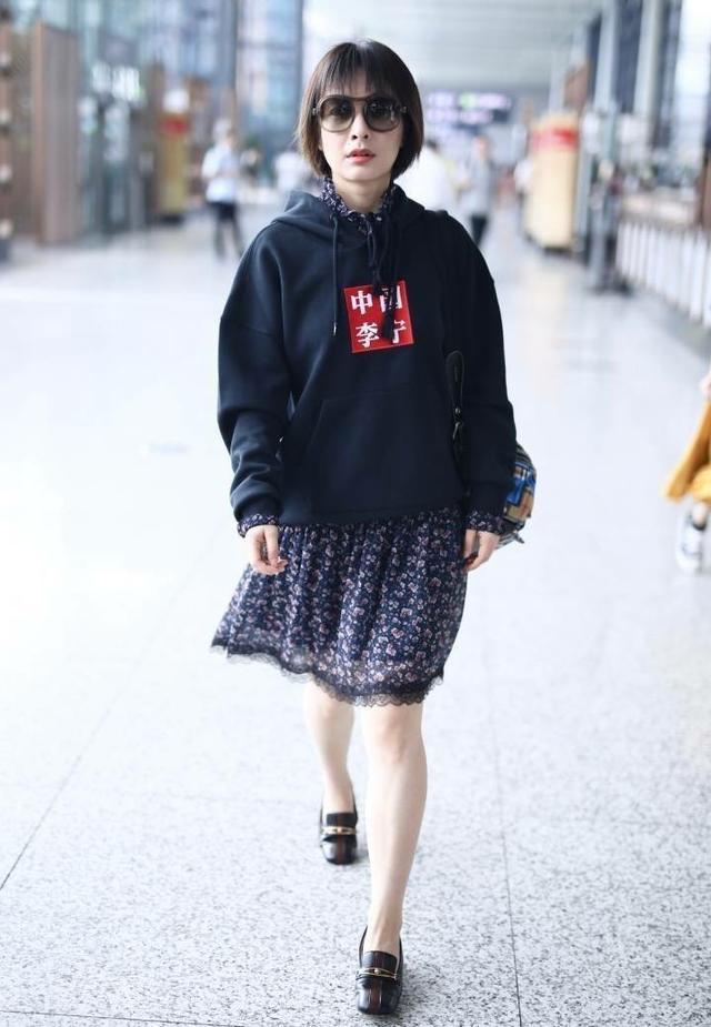 背带裤粉帽子的吴昕满满少女感,就是这双腿太出戏了