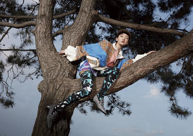 明星拍时尚写真这么拼,宋茜周迅高抬腿,周冬雨踢完腿还爬了个树