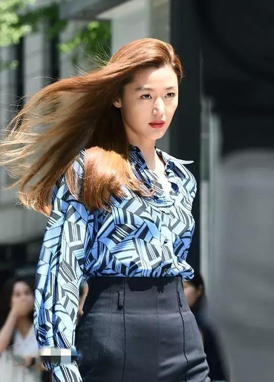 楊冪隔空撞衫全智賢,中國人的穿法,韓國人表示佩服!