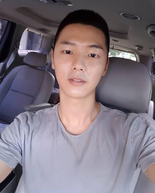 韩国男团CNBLUE成员 姜敏赫为参军剪短头发