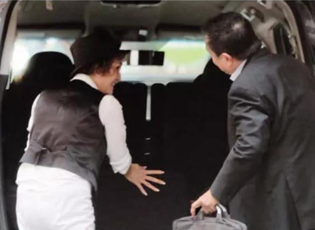 张柏芝妈妈开网约车,打扮时尚全程微笑服务