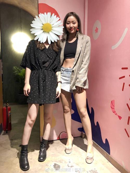 王菊和杨洋一起拍了杂志封面,她这个身材也太真实了吧!