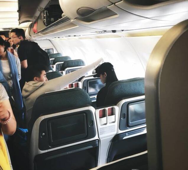 奚梦瑶和何猷君坐飞机,网友因为他们坐经济舱吵了起来