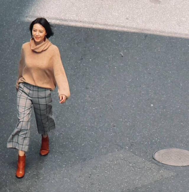 高圆圆34度高温穿毛衣拍广告,网友:感觉要热出痱子