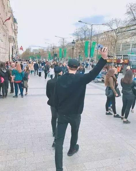 EXO灿烈旅行打卡照指定动作,背影就是王道啊!