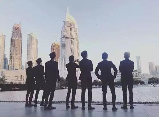 EXO燦烈旅行打卡照指定動作,背影就是王道啊!